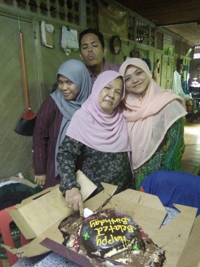 Gigih Bawa Kek Dalam Bakul Motor, Gadis Terharu Surprise Untuk Mak Menjadi