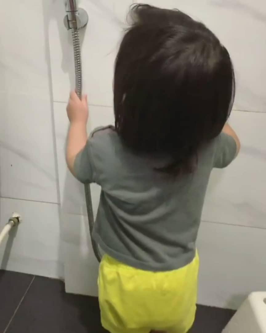 [VIDEO] Kantoi Buka Air Paip Dalam Bilik Mandi, Tapi Jawapan Anaqi Lucu Habis!
