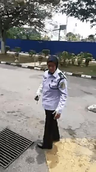 Bengang Kena Tegur Sebab Parking, 'Disondolnya' Makcik Guard Sampai Lebam
