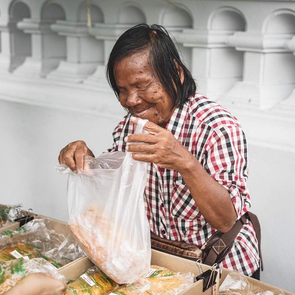 Biarpun Selalu Ditipu, Nenek OKU Ini Tetap Kental Jual Roti Di Usia 71 Tahun