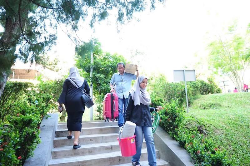[FOTO] Teruja Anak Masuk Universiti, Moment Parents Angkut Barang Bikin Sebak