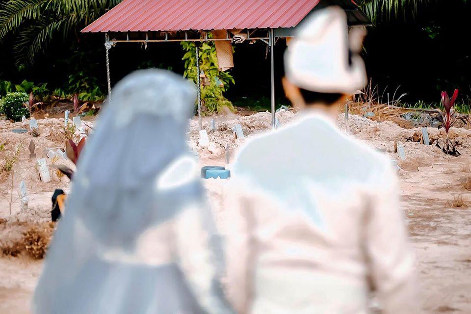 [FOTO] Pengantin Sebak Di Pusara, Ayah Pergi Sebulan Sebelum Diijabkabul