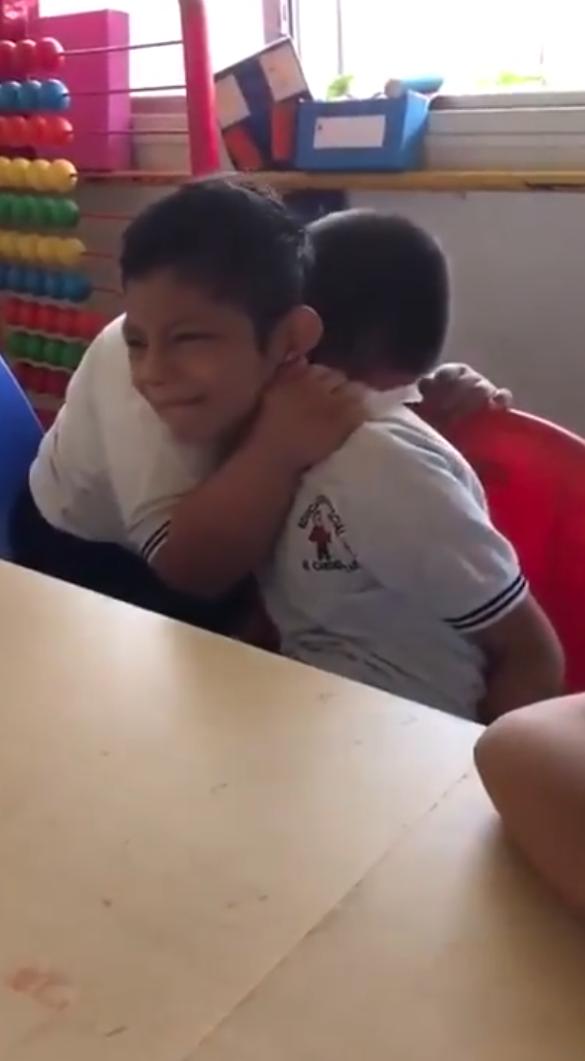 Budak Autisme Tengah Menangis, Cara Rakan Down Sindromenya Pujuk Undang Sebak
