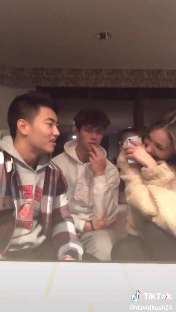 [VIDEO] Cabar Kawan Untuk Hubungi Crush, Tak Sangka Orangnya Depan Mata Sendiri