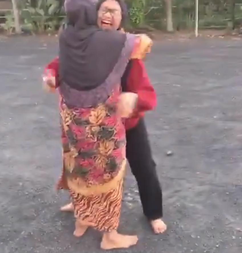 [VIDEO] Buat Surprise Balik Cuti Sem, Tak Sangka Hampir 'Dihempuk' Tudung Saji