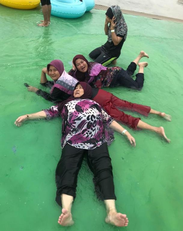 Teruja Main Di Taman Tema Air, Babak Nenek Jatuh Pelampung Jadi Viral