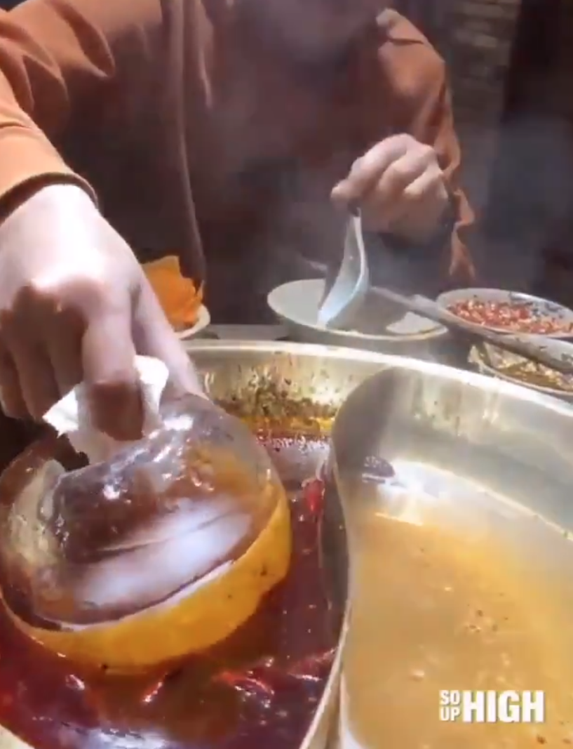 [VIDEO] Buang Kuah Berminyak Guna Ais Je, Mak-Mak Wajib Tahu Taktik Mudah Ini