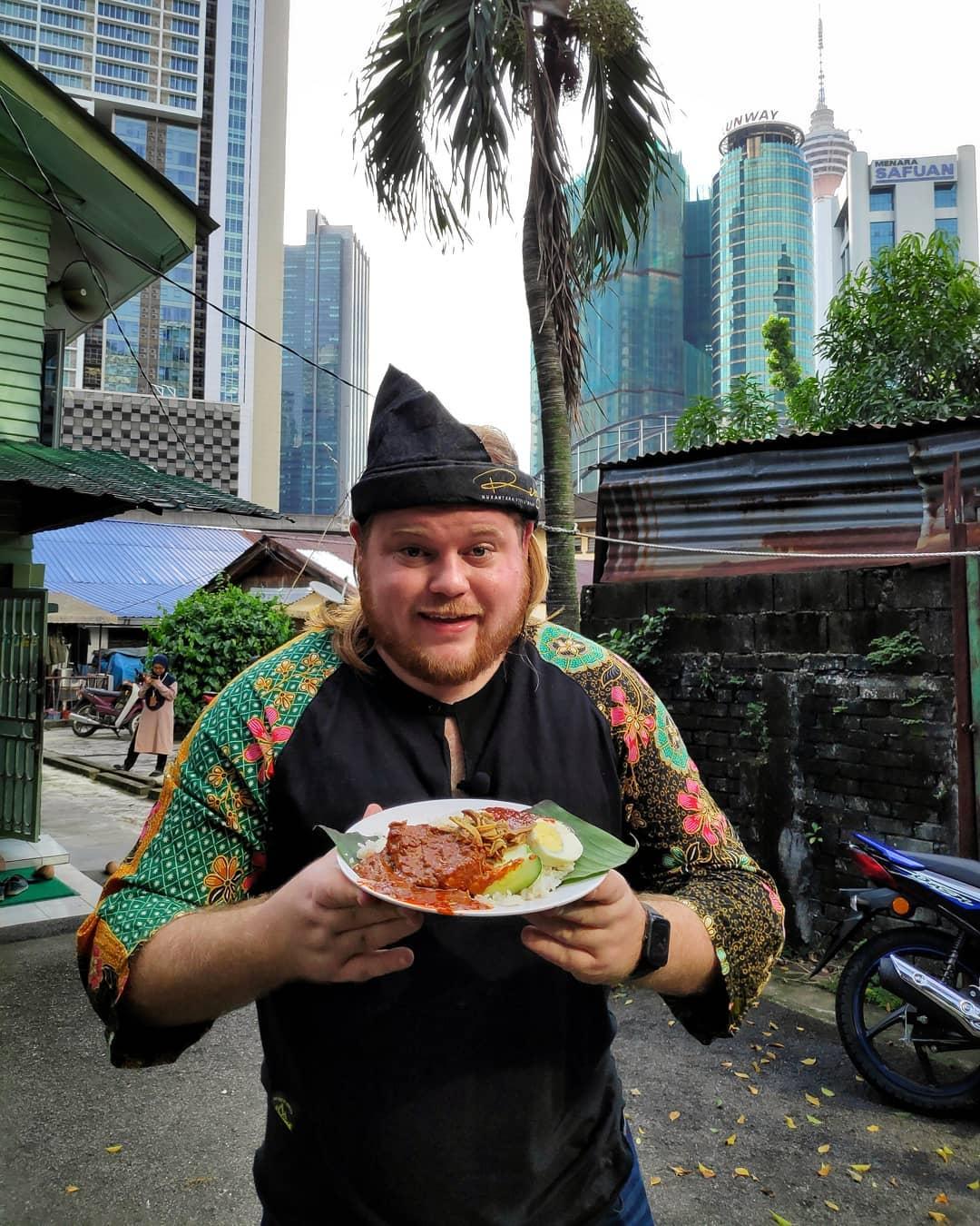 Wartawan Overseas Mengutuk Nasi Lemak, Mat Salleh Lain Sempat Bagi Komen Pedas