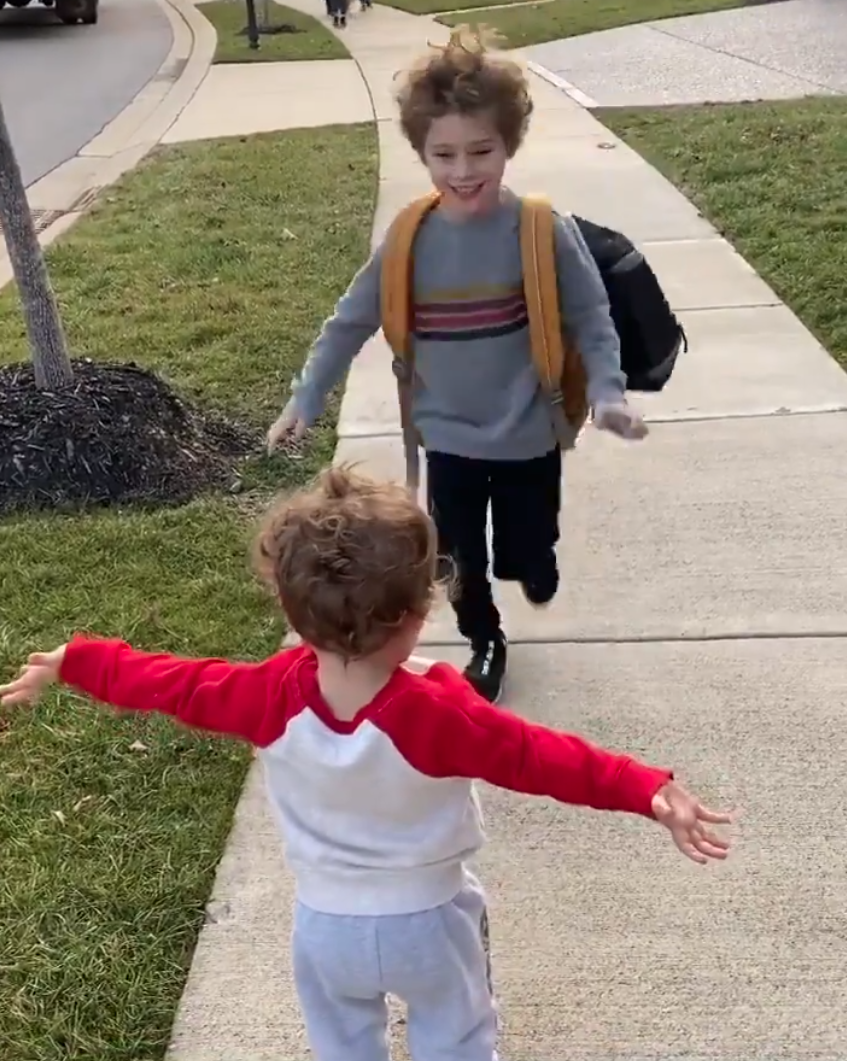 Terkedek-Kedek Sambut Abang Balik Sekolah, 2 Beradik Ini Buat Ramai 'Melting'