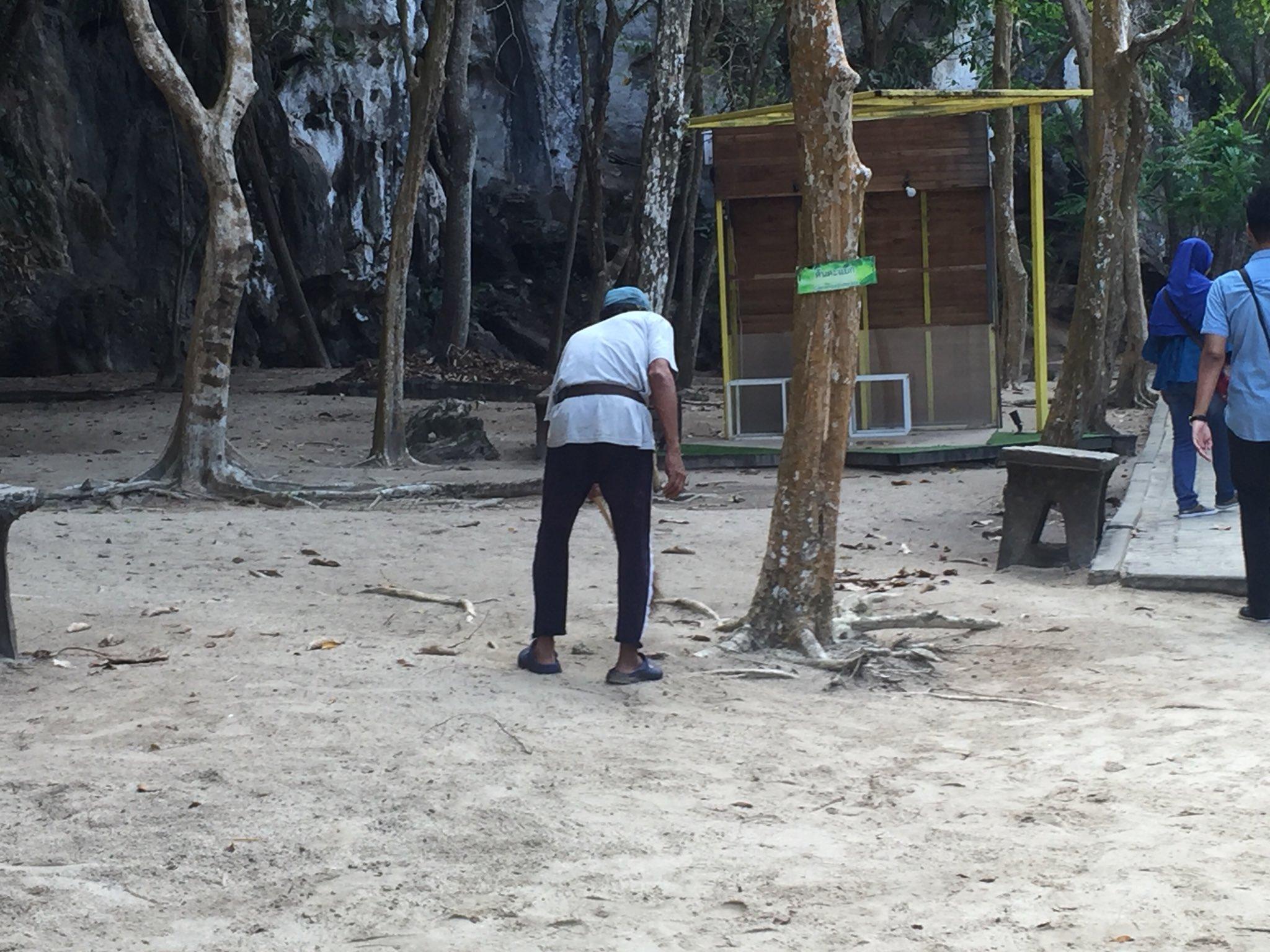 Tukang Sapu Ni Dipuji Pandai Ambil Gambar Pelancong, Siap Guna Daun Bentuk Love