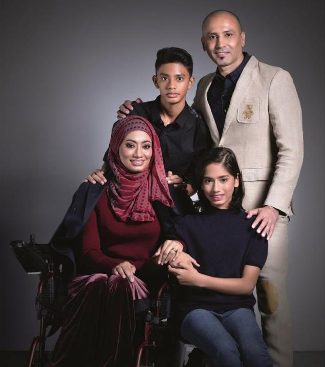 14 Tahun Tak Berdiri, Ramai Sebak Lihat Edika Yusof Tolong Isteri Buat Fisio