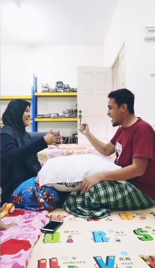 [VIDEO] Siapa Kalah Wajib Kena Bedak Setepek, Game Suami Isteri Ini Lawak Habis
