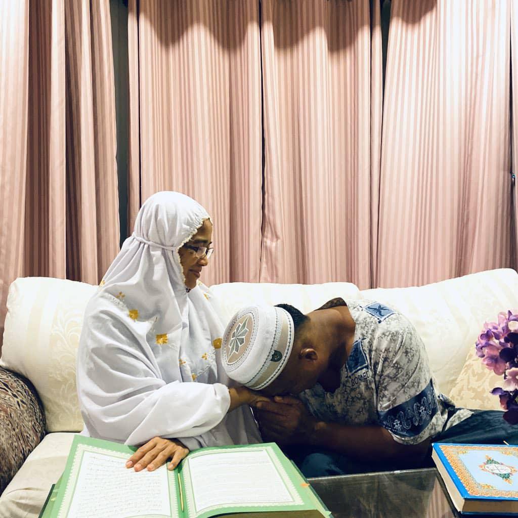 Bacaan Tak Lancar Sangat, Detik Si Ibu Pimpin Ayah Mengaji Quran Cetus Sebak
