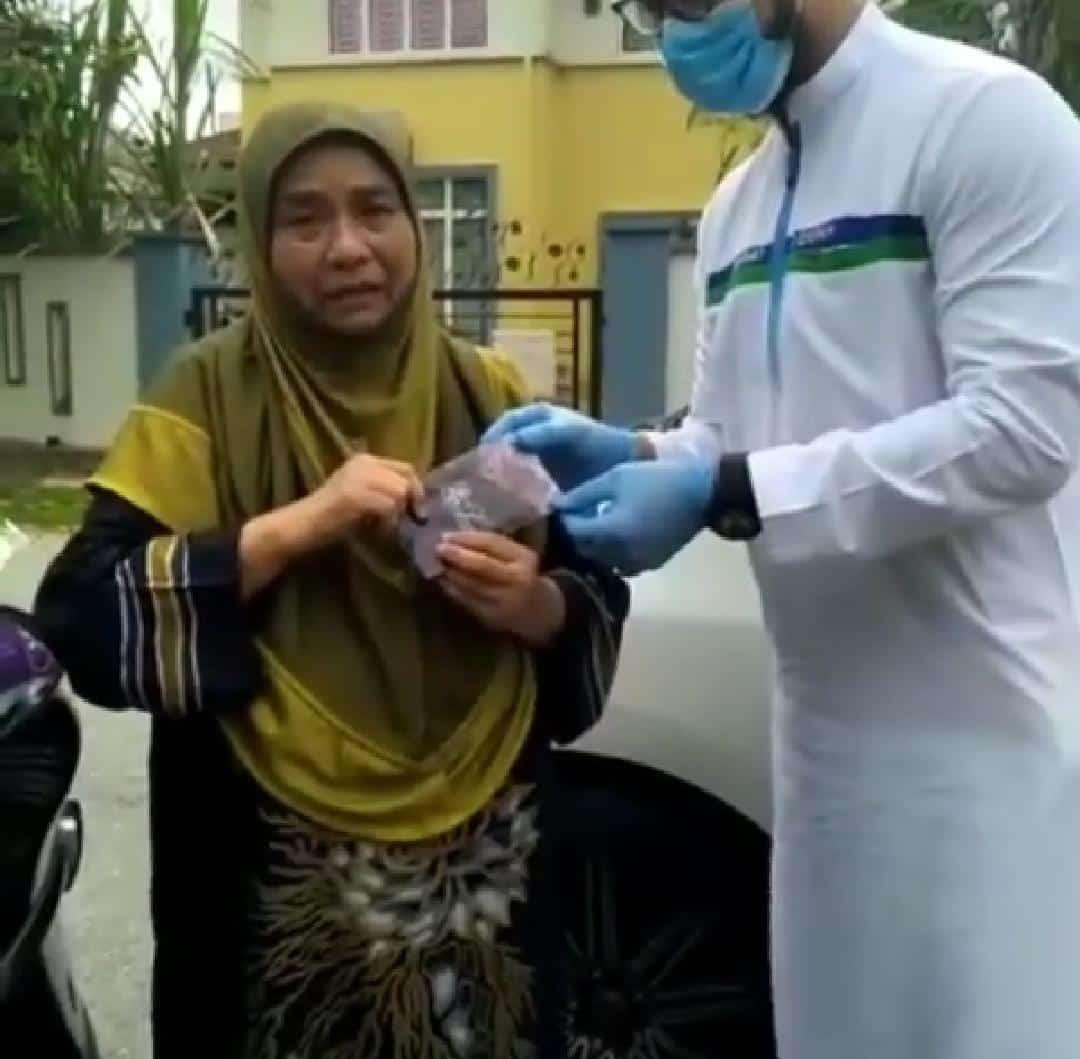 [VIDEO] Bukan Berdrama, Wan Maimunah Gugur Air Mata Saat Terima Sumbangan
