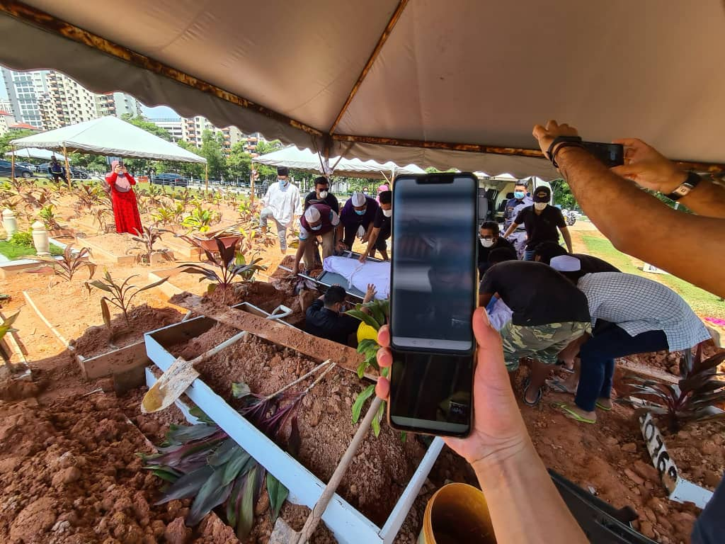 Mak Ayah Tersekat Di AS,Akhirnya Hanya Mampu Video Call Ketika Anak Dikebumikan