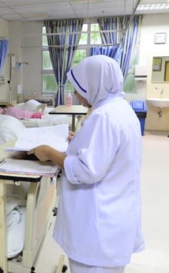 Kena Marah Dituduh Bawa Kuman, Nurse Terkilan Ramai Jauhkan Diri Sebab Uniform