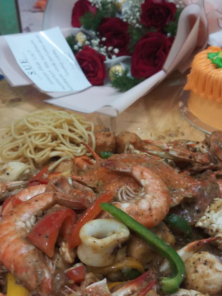 Buat Shell-Out Untuk Birthday Isteri, Suami Siap Selit Surprise Dalam Makanan