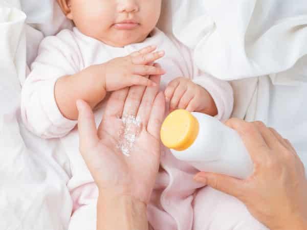 Sapu Bedak Pada Baby Lepas Mandi Memang Wangi, Tak Sangka Boleh Jadi Asbab Ajal