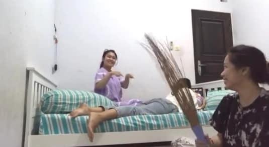 [VIDEO] Usik Rakan Tengah Syok Layan Movie, Sekali Gadis Dapat 'Karma' Cash