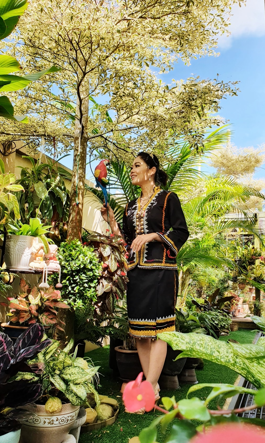 Rajin Berhias Pakai Busana Tradisi Sabah Masa Kelas, Kecantikan Guru Ni Memukau