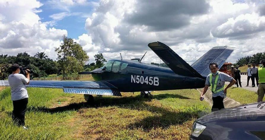 Alami Masalah Pada Enjin, Pesawat Ringan Selamat Mendarat Cemas Tepi Highway