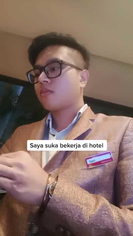 Tinggalkan Dunia Kemewahan, Pemuda Resign Kerja Hotel Demi Jaga Ibu Di Kampung