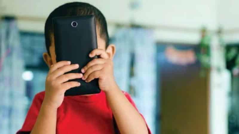Padah 5 Jam Main Gajet Sepanjang PKP, Ibu Terkejut Mata Anak Naik Juling