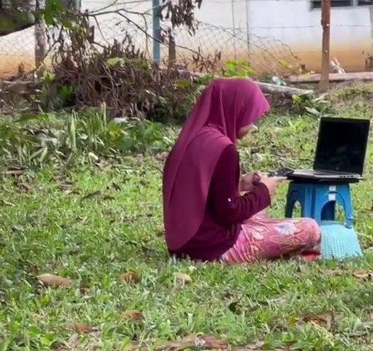 [VIDEO] Bersila Atas Rumput 'Ditemani' Ayam, Student Gigih Cari Line Internet